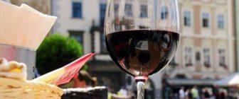 Големите чаши предизвикват обемна измама и водят до напиване