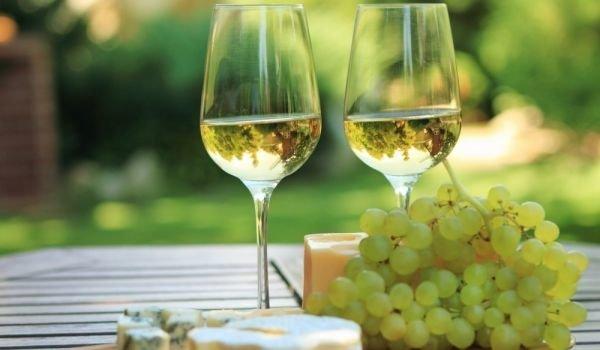 Етикет при поднасянето и консумация на бяло вино
