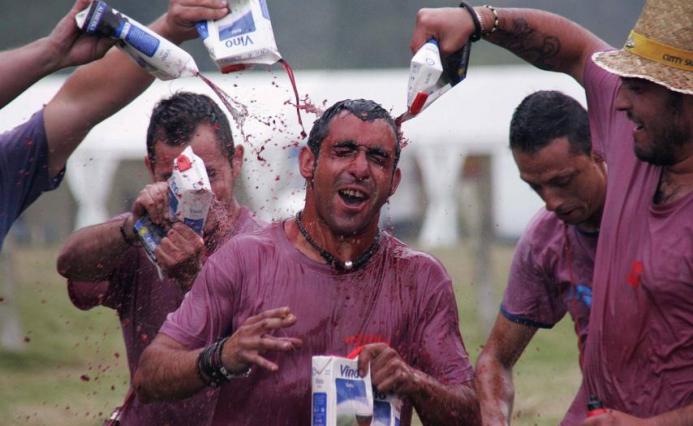 """Хиляди литри вино се изляха за традиционната """"битка на виното"""" в Испания"""
