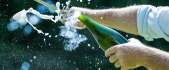 Начинът, по който отваряте бутилка шампанско, говори много за вас!