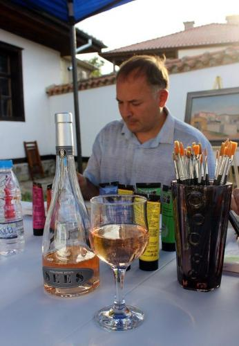 Рисувай с чаша вино 05